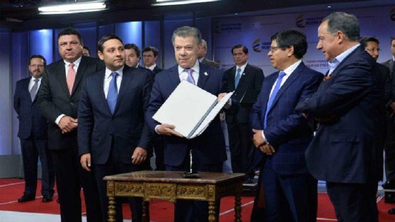 El Presidente Juan Manuel Santos, acompañado por los Presidentes del Senado y la Cámara de Representantes, muestra  la declaración en la que las 3 ramas del poder sean totalmente transparentes y tengan control ciudadano.