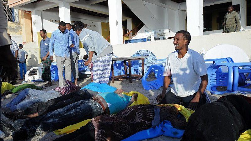 Télam, 22/01/2016 Somalía - Mogadiscio Ascienden a 20 muertos y 20 heridos las víctimas que dejó anoche el ataque del grupo yihadista somalí Al Shabaab, filial de Al Qaeda, contra el hotel y restaurante Beach View de Mogadiscio, Somalia. El asalto, se prolongó durante varias horas. Foto: Mohamed Abdiwahb