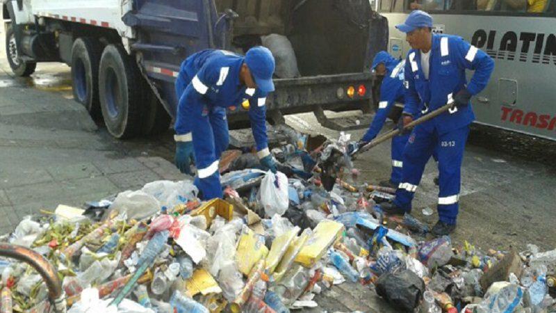operarios-de-triple-A-recogiendo-basura