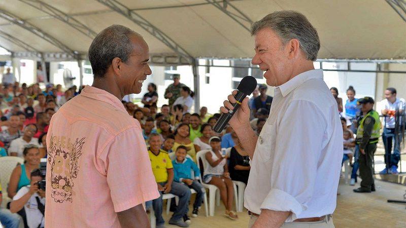 El Presidente Santos sostiene una animada charla con Carlos Brochero, beneficiario de una de las 92 casas de que entregó este sábado el Primer Mandatario para damnificados por la ola invernal.