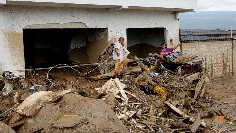 BOG211. MOCOA (COLOMBIA). 02/04/2017. Habitantes del barrio San Miguel se abren paso entre las piedras y escombros hoy, domingo 2 de abril de 2017, luego de una avalancha que afectó 17 barrios de la ciudad y que dejó más de 200 muertos en Mocoa, Putumayo (Colombia). El presidente de Colombia, Juan Manuel Santos, confirmó hoy que 210 personas fallecieron y 203 más resultaron heridas en la avalancha de tres ríos que arrasó parte de Mocoa, al tiempo que prometió la reconstrucción de esta ciudad ubicada en las selvas del sur del país. EFE/LEONARDO MUÑOZ