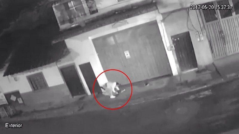 Hombre golpea brutalmente a una mujer en plena vía pública