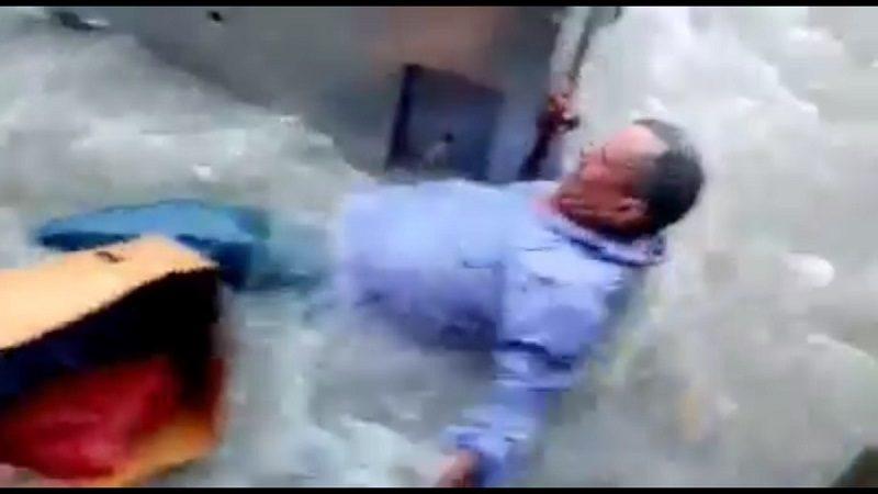 Momento en el que un vendedor de frutas es arrastrado por el arroyo de La Paz