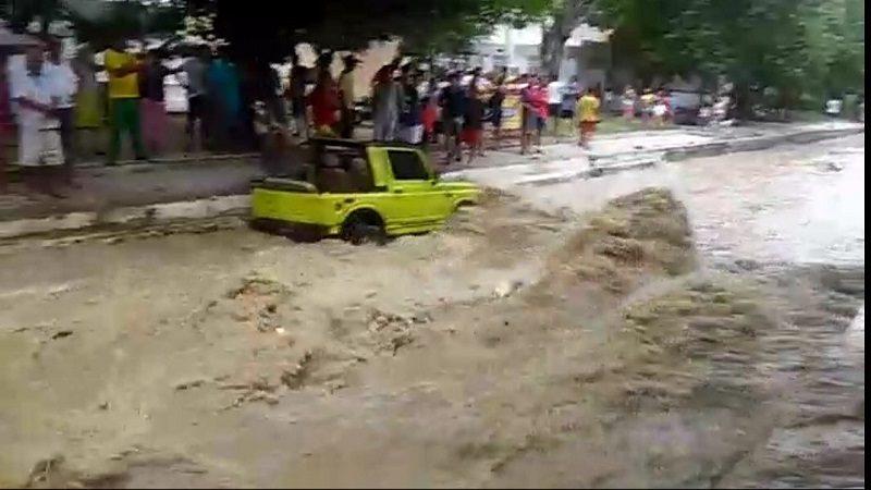 Rescatan a dos adultos y una niña en arroyo El Salao, a la altura de Las Moras