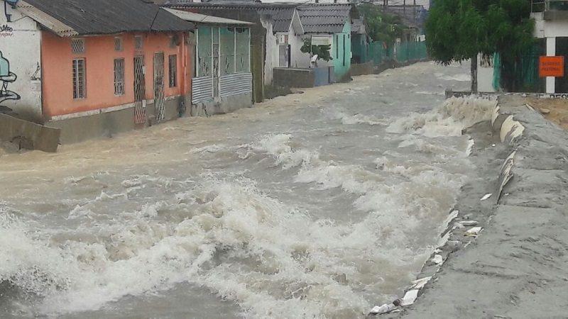 Arroyos crecidos y suspensión del servicio de Transmetro tras el aguacero de este lunes