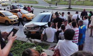 Camioneta sale 'disparada' del Buenavista y se estrella contra un muro