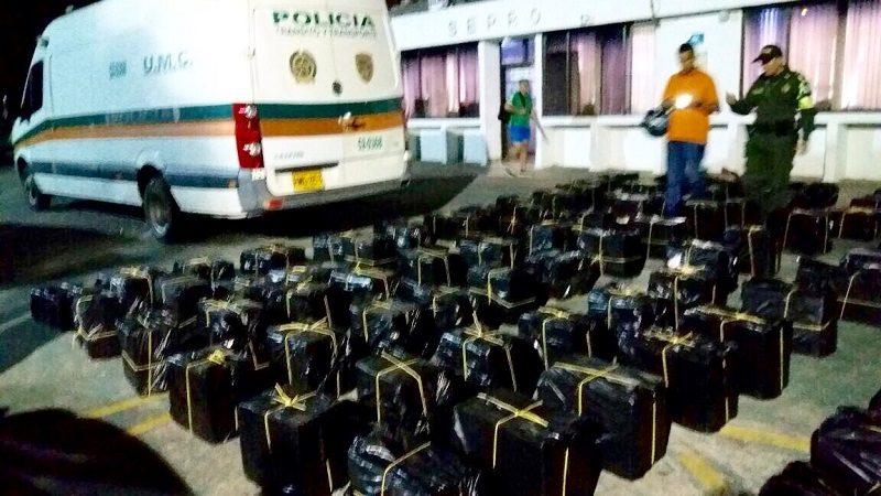 Detienen a dos Policías que transportaban whisky de contrabando en carro oficial