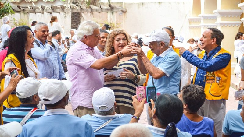 Regalan exámenes y gafas a más de 100 adultos mayores en Soledad
