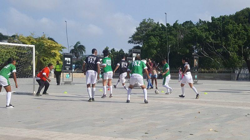 En la Plaza de la Paz, víctimas, reintegrados y famosos, anotaron goles por la Reconciliación