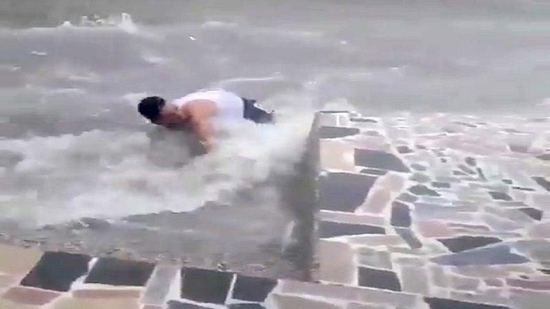 Hombre es arrastrado por arroyo durante de este jueves en Barranquilla
