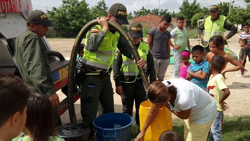 Policía entregó agua a comunidad del municipio de Sabanagrande