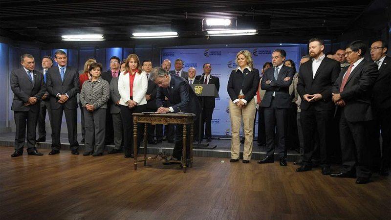 Presidente Santos firmó decreto que mejora las condiciones salariales de los trabajadores del Sena