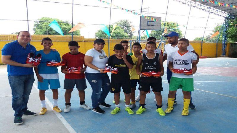 Entregan zapatillas a deportistas de 'Juegos Supérate Intercolegiados' en Malambo