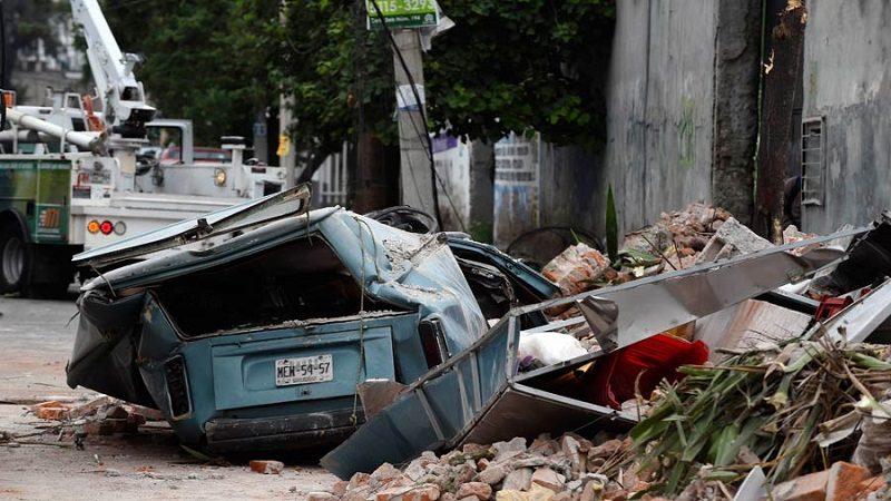 Vehículo dañado tras el colapso de un edificio al oriente de la ciudad de México, tras el terremoto. Foto/ AFP