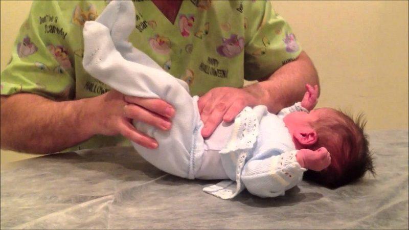 Aprenda cómo manejar los cólicos en los bebés