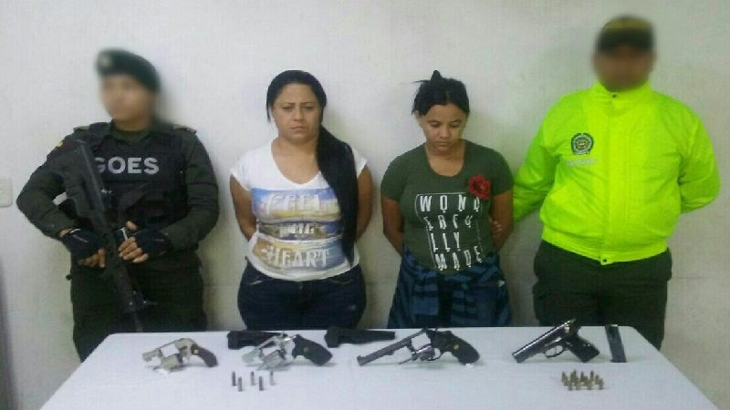 Capturan a dos mujeres con una pistola 9mm y tres revólveres, en el barrio Las Nieves