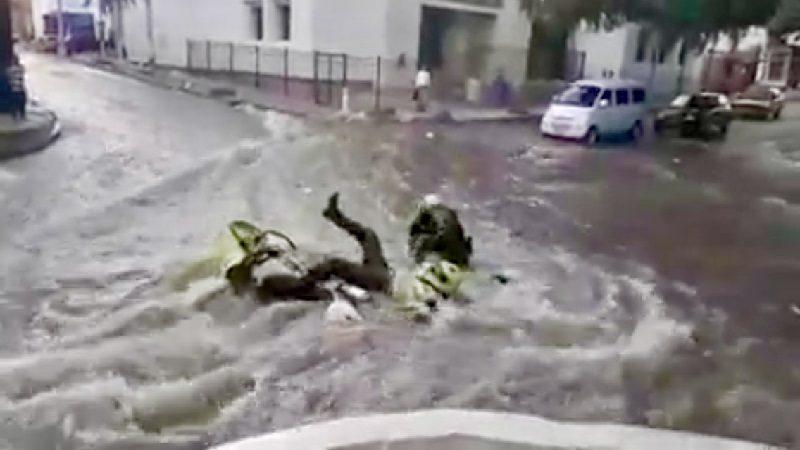 Arroyo del centro de Barranquilla puso en apuros a patrulla de la Policía
