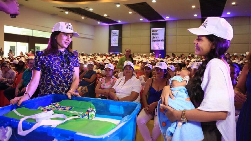 Primera dama del Distrito entrega ajuares de bebé a 700 mujeres gestantes y lactantes