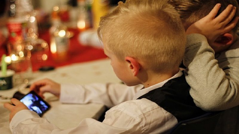 Seis consejos si su hijo recibió un celular de regalo en Navidad