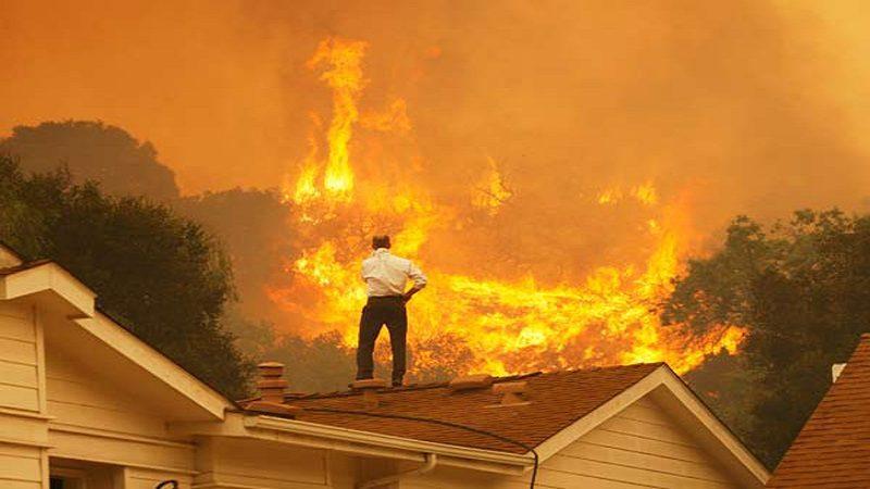 Un muerto y 27 mil evacuados deja incendio en California, EE.UU.