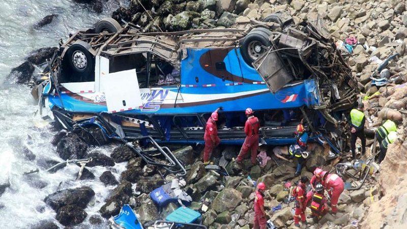 Al menos 25 muertos deja accidente de bus en Perú