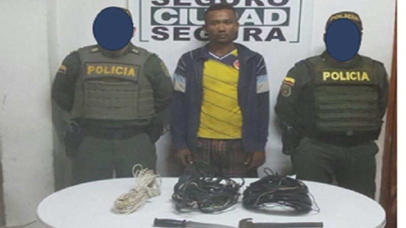 Capturan en Campo de la Cruz a un hombre por manipular redes eléctricas en un poste