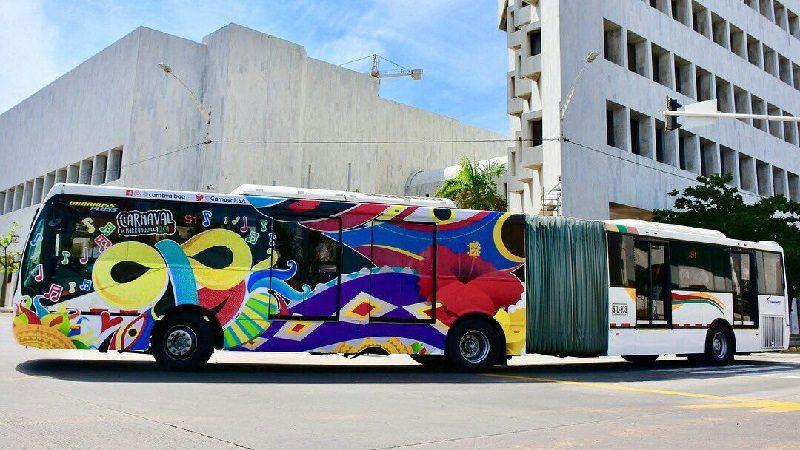 Entra en operación 'El Bus de la Alegría', un articulado de Transmetro vestido de carnaval