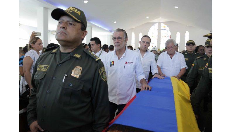 Gobernador acompañó a familias de policías muertos en atentado terrorista
