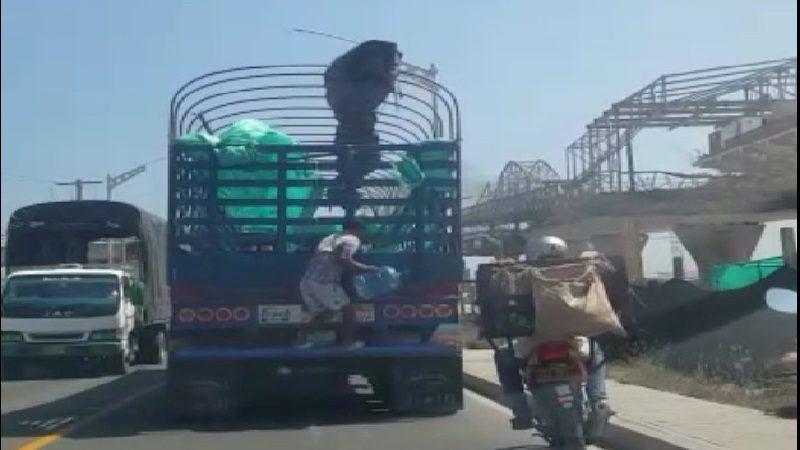Hombre arriesga su vida sobre el puente Pumarejo