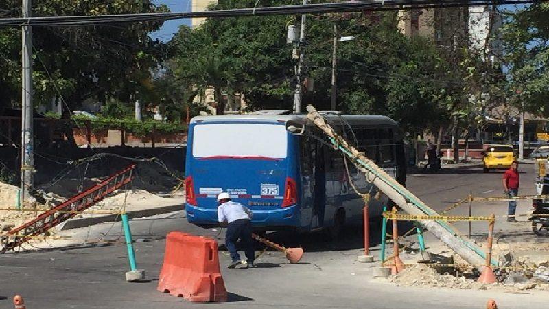 Poste cae encima de un bus de servicio público frente al Portal del Prado