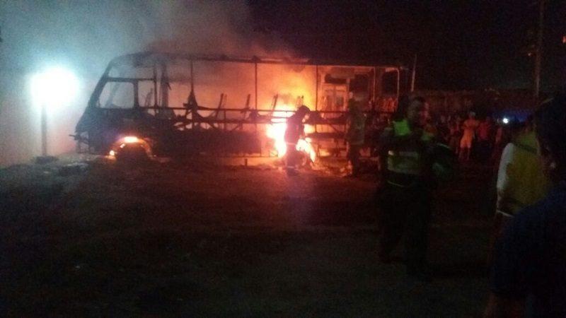 Voraz incendio consume varios buses en un parqueadero en Juan de Acosta