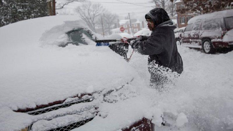 Al menos un muerto y cinco heridos deja tormenta de nieve en Moscú