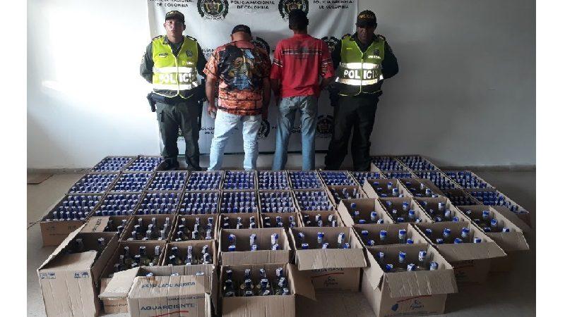 Caen dos hombres con 900 botellas de licor adulterado para vender en carnavales