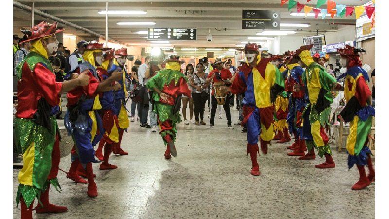 Con bienvenida carnavalera reciben a turistas en el aeropuerto Ernesto Cortissoz