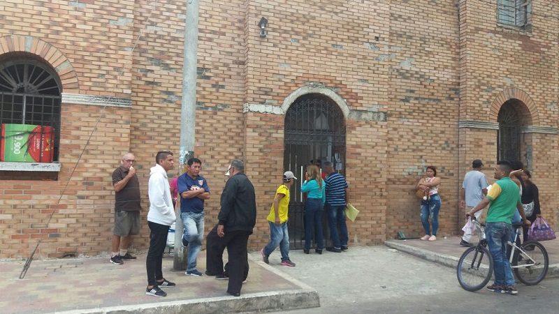 De dos tiros matan a taxista, en medio de atraco, en el barrio Santa María