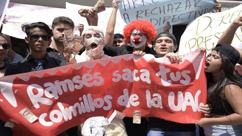 Docentes, estudiantes y padres de familia de la Uniautónoma, protestan en la Plaza de la Paz