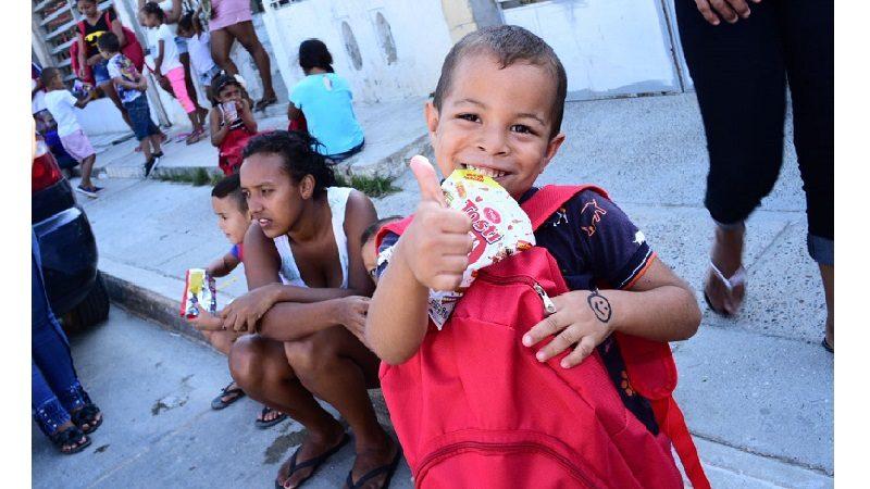 Donan kits escolares a niños del barrio El Pueblito de Barranquilla