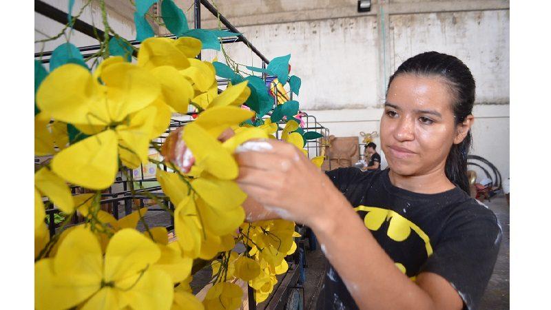 Estudiante de la EDA construye sus sueños sobre carrozas para el Carnaval