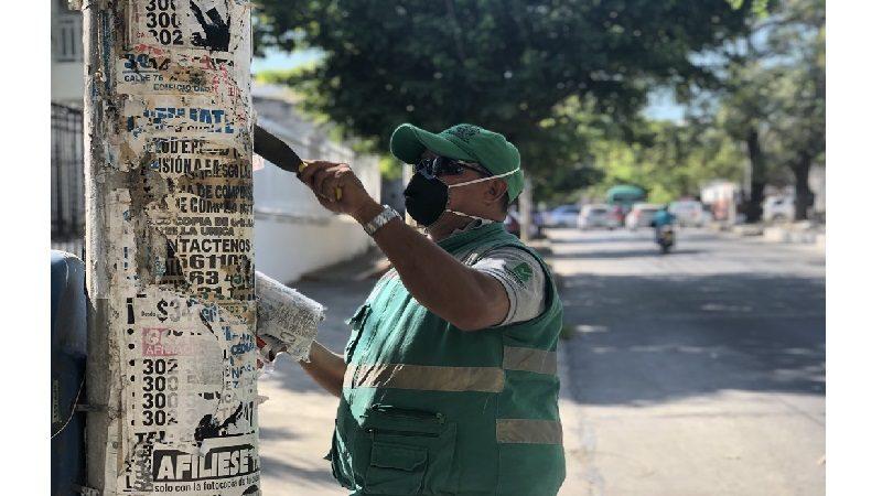 Retiran publicidad política ilegal en postes y armarios metálicos en Barranquilla