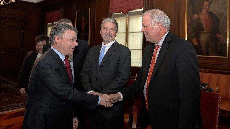 El Presidente Juan Manuel Santos saluda al Subsecretario de Estado para Asuntos Políticos, Thomas Shannon.
