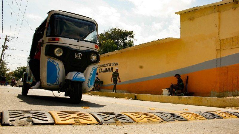 Instalan reductores de velocidad en las afueras del Colegio Tajamar de Soledad
