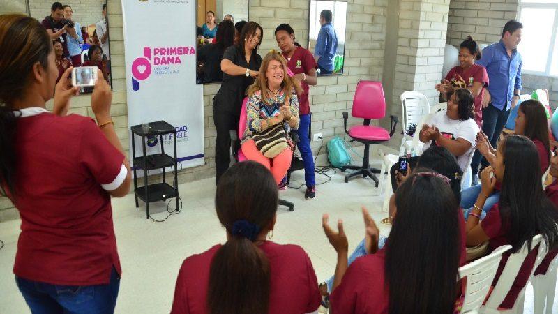 Mujeres recicladoras son capacitadas en técnicas de belleza por la alcaldía de Soledad