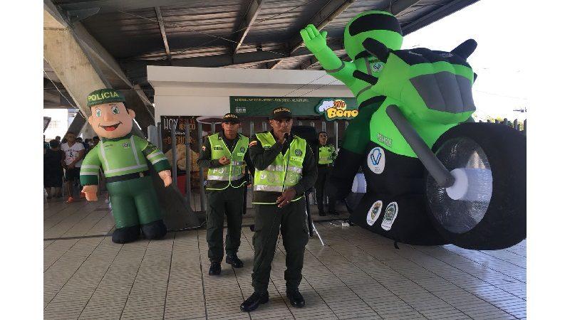 A través de la música, Auxiliares de Policía socializan su labor en estaciones de Transmetro