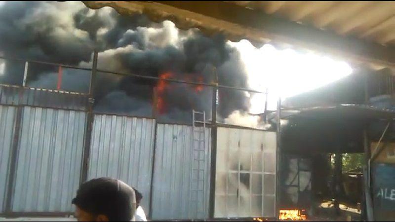Impresionante incendio consumió una chatarrería en el barrio Evaristo Sourdis