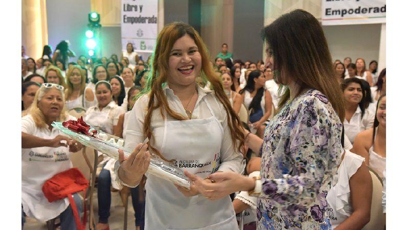 Se gradúan 360 mujeres en curso de repostería convocado por la primera dama del Distrito