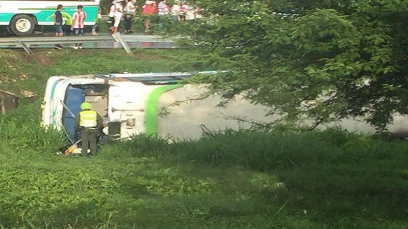 Al meno 37 heridos tras volcarse bus en la vía Palmar de Varela-Sabanalarga