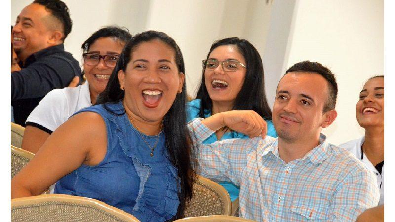 Con humor y creatividad, docentes distritales participaron en taller de motivación y trabajo en equipo