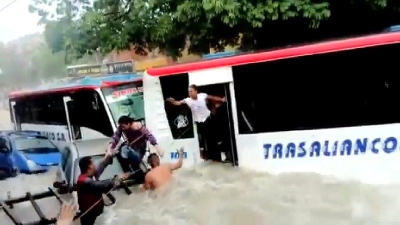 Dramático rescate de pasajeros de bus en arroyo de la 43