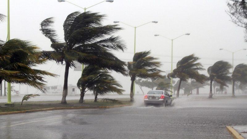"""CIUDAD DEL CARMEN, CAMPECHE, 08AGOSTO2012.-  La isla del Carmen se encuentra afectada por las constantes lluvias y los fuertes vientos por la tormenta tropical """"Ernesto"""" que continúa atravesando suelo campechano, avanzando a 24 kilómetros por hora con dirección oeste, por lo que se espera que hoy salga al Golfo de México entre Ciudad del Carmen y Atasta. FOTO: FRANCISCO BALDERAS /CUARTOSCURO.COM"""