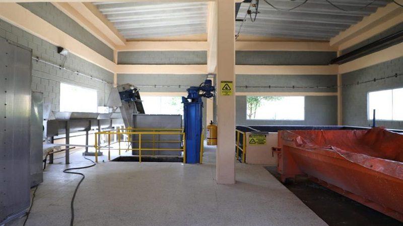En funcionamiento, moderna planta de tratamiento de aguas residuales, en Soledad